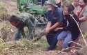 Video: Dân hợp sức tóm sống trăn khổng lồ nặng 100kg nấp trong vườn