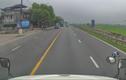 Video: Va chạm với xe tải, người đàn ông lao thẳng vào đầu xe container