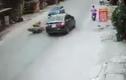 Video: 2 nữ sinh đâm vào đuôi ôtô, bị xe đi ngược chiều cán trúng