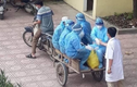 Chở tình nguyện viên, bác sĩ chống dịch bằng xe kéo