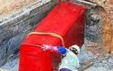 Lão nông đào được quan tài đỏ như máu, vội vàng đốt phi tang