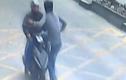 Video: Tài xế xe tải tung cú đá kungfu, hạ gục tên trộm điện thoại