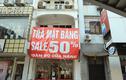 Tấm biển đỏ với cụm từ này đang xuất hiện dày đặc trên phố Hà Nội