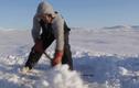 Video: Nhóm người đào hố băng rồi kéo lên một chiếc lồng, kết cục bất ngờ