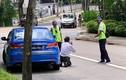 Tài xế taxi quỳ gối xin tha khi bị phạt vì hút thuốc lá