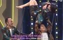 """Video: Hari Won """"lăn xả"""" mặc váy vẫn đu xà vượt thử thách"""