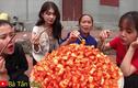 Bà Tân Vlog làm kim chi củ cải siêu ngon nhưng lại mời khách đến nhà ăn theo cách lạ