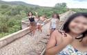 Không lâu sau khi các cô gái chụp ảnh, một phần cây cầu đổ sụp