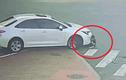 Video: Con bị ôtô cuốn vào gầm, mẹ không biết vì mải... cãi nhau