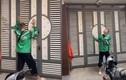 """Video: Shipper """"có tâm"""" đứng hát ngoài cửa để đánh thức khách ngủ quên"""