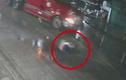 Video: Tự băng qua đường, người đàn ông mù bị container tông văng 7m
