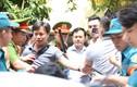 """Tòa trả hồ sơ vụ Nguyễn Hữu Linh: Ô tô Linh """"nựng"""" bị vây kín"""