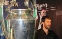 """Nistelrooy """"lái"""" du thuyền cập bến sông SG... giao lưu fan"""