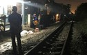 Người đàn ông ngồi giữa đường ray bị tàu hỏa tông chết