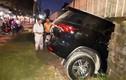 Dựng tóc gáy cảnh ô tô chở 3 người đâm xuyên tường nhà