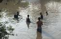 """Tình huống """"khó đỡ"""" vụ hàng trăm người xem xe máy nằm ven sông"""