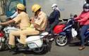 Xúc động câu chuyện đằng sau bức ảnh CSGT ngồi mô tô ôm cháu bé