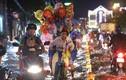 TP.HCM: Người dân bì bõm lội nước trong đêm để tìm đường về nhà