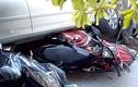 Lùi ô tô, người phụ nữ cuốn hàng loạt xe máy vào gầm