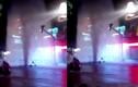 """Hốt hoảng với """"vòi rồng"""" phun nước giữa phố Sài Gòn"""