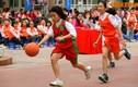 Ảnh: Học sinh tiểu học Nghĩa Tân chơi bóng rổ điêu luyện