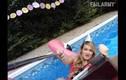 """Video: Bắt gặp tình huống """"dở khóc dở cười"""" ở bể bơi"""