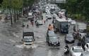 """TPHCM: Mưa như trút nước, người dân bì bõm vượt """"rốn ngập"""" Nguyễn Hữu Cảnh"""