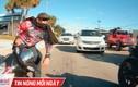 Video: Mắng chửi xe máy nẹt pô, tài xế ô tô bị đánh hội đồng dã man