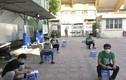 Hàng quán chưa mở cửa, 14.200 shipper Hà Nội hoạt động thế nào?