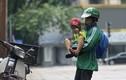 Xúc động bé trai 4 tuổi theo bố đi ship hàng khắp Hà Nội