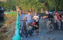 Cho tập thể dục, người dân vẫn phải chui rào khi đi quanh Hồ Tây