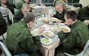 """Cận cảnh dàn bếp dã chiến """"hầm hố"""" của quân đội Nga"""