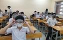 Học sinh đeo kính chống giọt bắn đến lớp: Không cần thiết, còn hại mắt