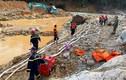 Lực lượng cứu hộ hút cạn dòng Rào Trăng, lật đất, bới đá tìm người mất tích