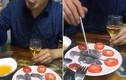 Giữa tâm bão virus corona, người đàn ông TQ vẫn điềm nhiên ăn chuột sơ sinh