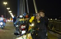 Người miền Tây về ăn Tết dừng ở cầu Mỹ Thuận chụp ảnh, ngắm cảnh đêm