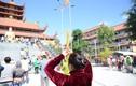 """Người Sài Gòn """"đội nắng"""" đi lễ chùa mùng 2 Tết"""