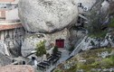 Ngoạn mục cả ngôi làng làm nhà sống trong tảng đá