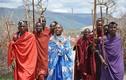 Kỳ lạ bộ tộc lấy phân trâu bò xây nhà để xua đuổi rắn rết