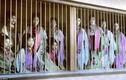 """Ảnh cực độc: Kỹ nữ lầu xanh xưa ngồi trong """"lồng gỗ"""" đợi khách"""