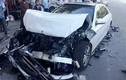 Ô tô Mercedes nát bét đầu sau va chạm với xe buýt
