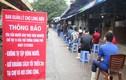 Xét nghiệm nhanh COVID-19 cho người dân tại chợ Long Biên