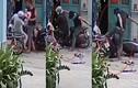 Clip: Phẫn nộ nam thanh niên thản nhiên đánh cha mẹ trước cửa nhà