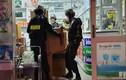 Cảnh sát trang bị súng khám xét nhiều nhà thuốc tây ở Đồng Nai