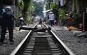 Tàu lửa Việt Nam được du khách thích thú check-in trên đường ray