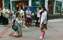 Cặp đôi đồng tính nữ quỳ gối cầu hôn giữa phố gây xúc động