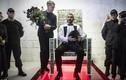 Tỷ phú Nga gây choáng váng khi xếp 1 triệu USD tiền mặt trong ghế thủy tinh