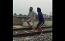 """""""Củ chuối"""" màn tự sát trên đường ray tàu hỏa"""
