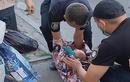 Bà mẹ cho con 1 tuần tuổi vào túi và xách đi giữa đường