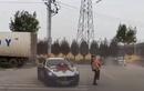 Xe Maserati drift vòng tròn quanh cặp vợ chồng